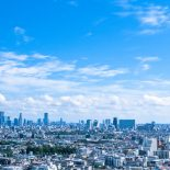 転職市場の展望イメージ(空と都心のビル群)
