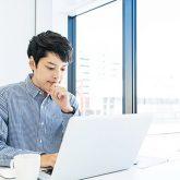 転職エージェントを併用することはできるか迷っている男性(イメージ画像)